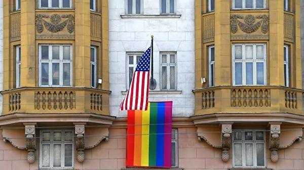 Путин прокомментировал вывешенный на здании посольства США флаг ЛГБТ